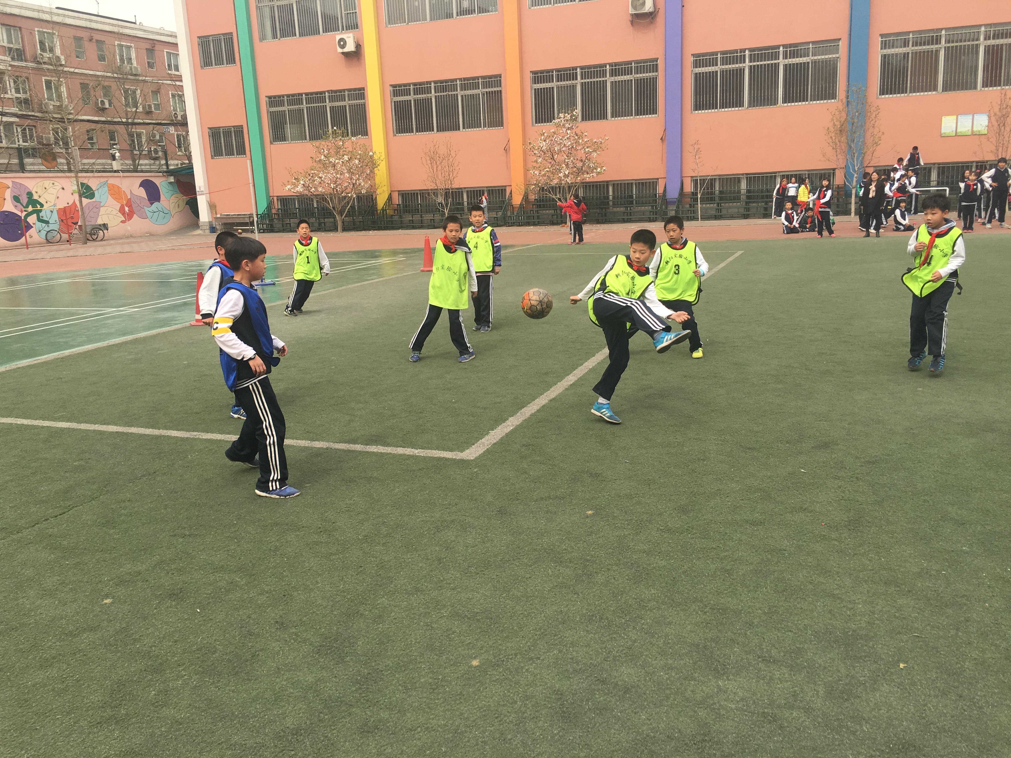 2015-2016学年第二学期四年级足球联赛第八场